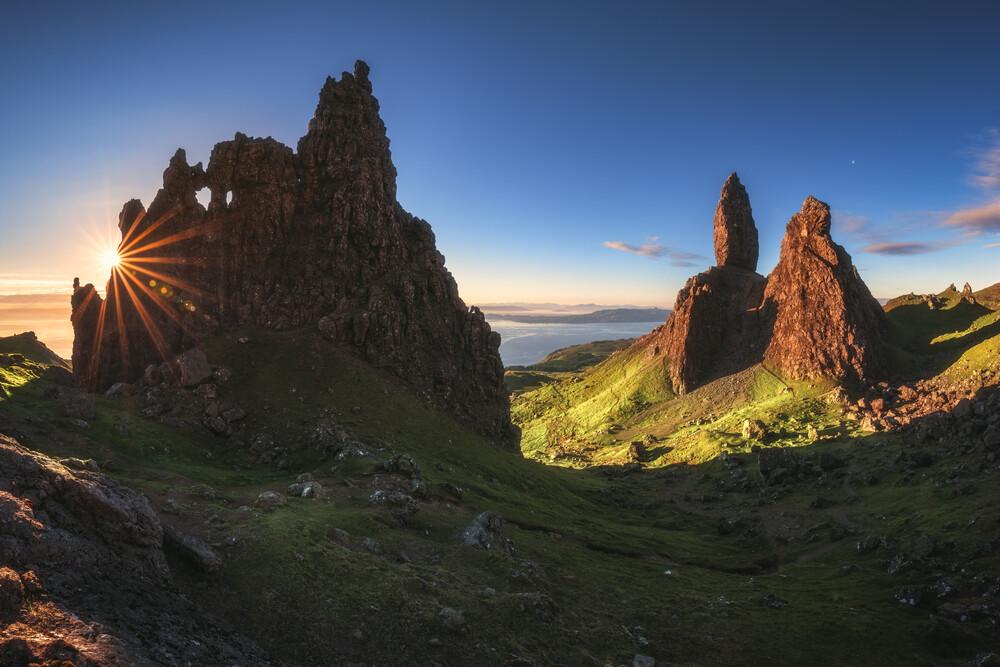 The Old Man of Storr Panorama zum Sonnenaufgang - fotokunst von Jean Claude Castor