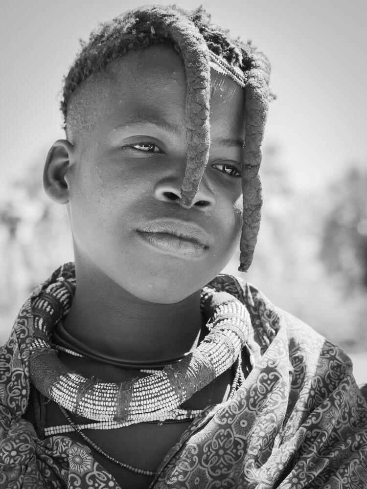 Mädchen vom Stamm der Himbas - fotokunst von Phyllis Bauer