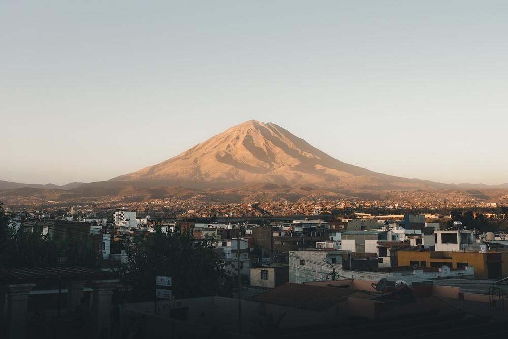 El Misti - Ein Vulkan und seine Stadt - fotokunst von Ueli Frischknecht