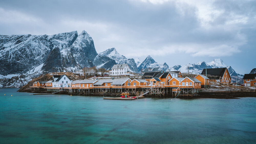 The picturesque village of Sakrisøy - fotokunst von Simon Migaj