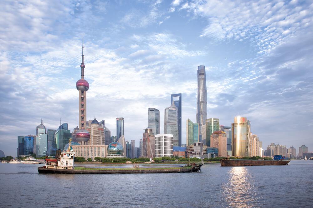 The shiny skyline of Shanghai - fotokunst von Oona Kallanmaa
