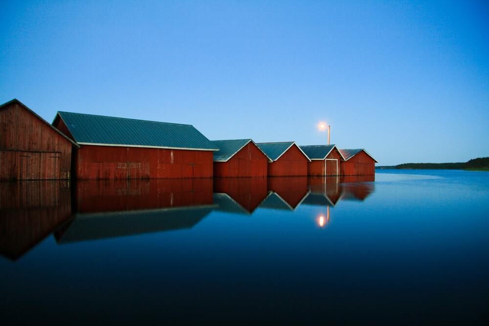 Nightly boat houses on a lake - fotokunst von Oona Kallanmaa