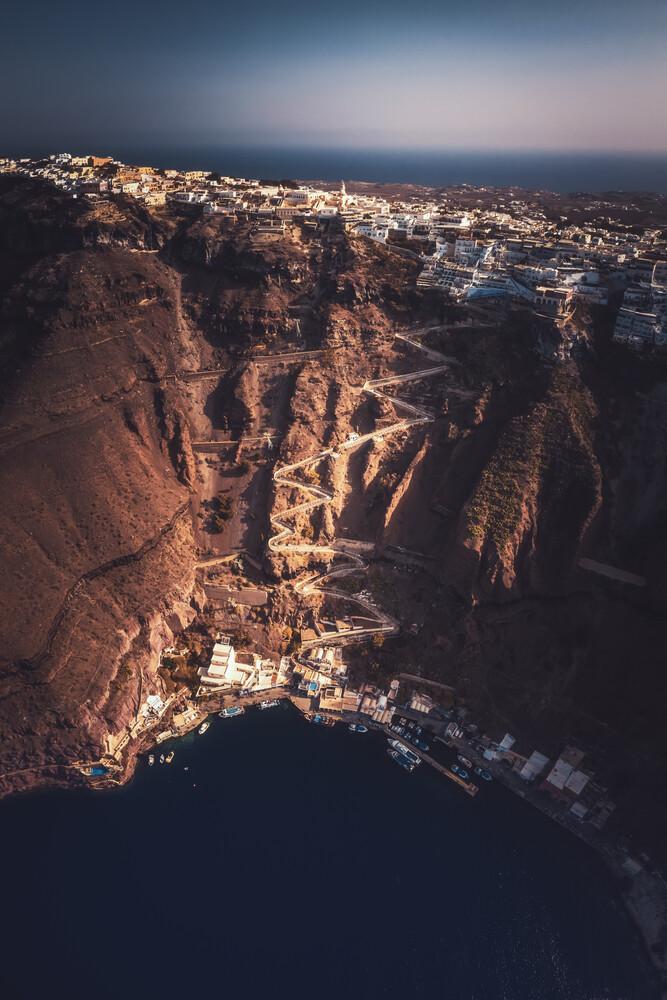 Griechenland Santorini Caldera Luftaufnahme - fotokunst von Jean Claude Castor