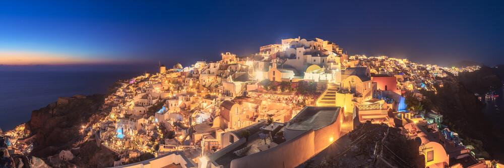 Griechenland Santorini Oia Panorama zur blauen Stunde - fotokunst von Jean Claude Castor