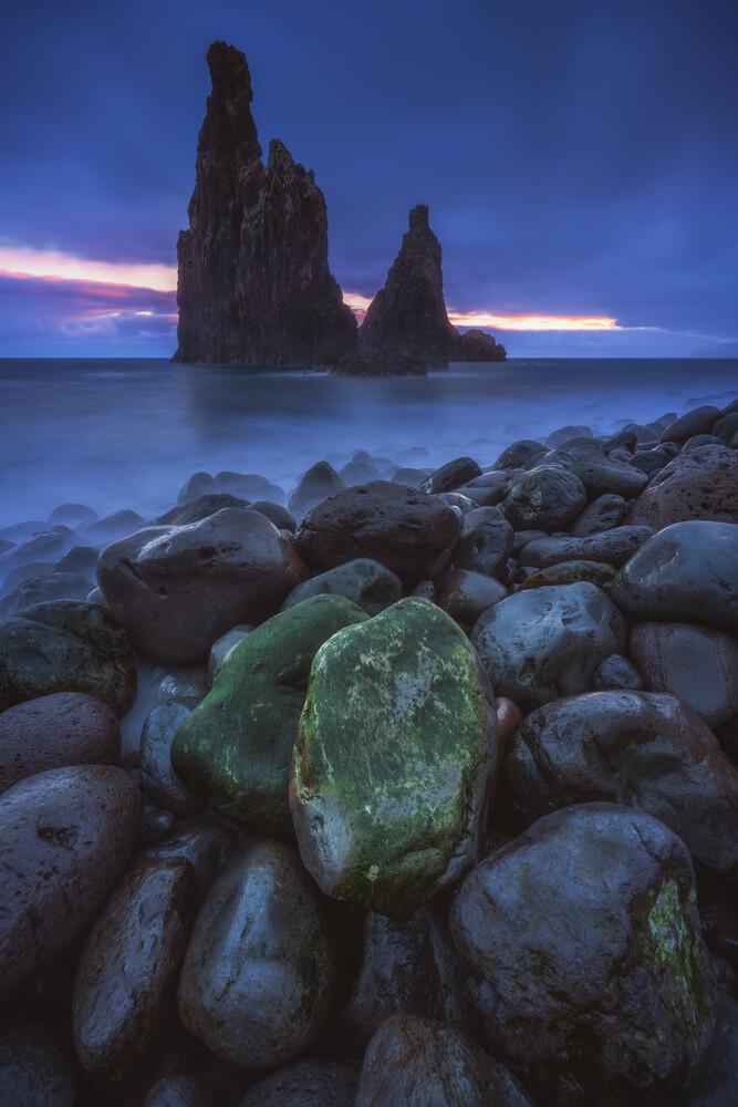 Madeira Ilheus da Janela Felsen zum Sonnenaufgang - fotokunst von Jean Claude Castor