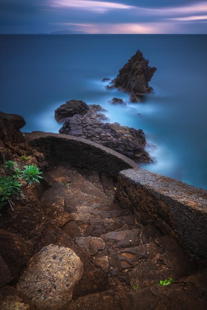 Madeira Küste bei Santa Cruz zum Sonnenaufgang - fotokunst von Jean Claude Castor