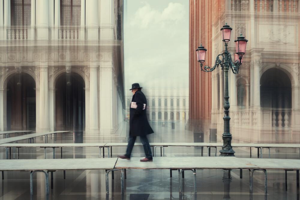Spaziergang auf Fußbrücke - fotokunst von Roswitha Schleicher-Schwarz