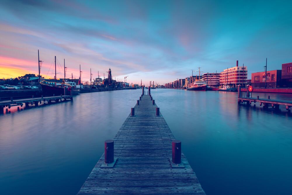Steg am Neuen Hafen in Bremerhaven - fotokunst von Franz Sussbauer