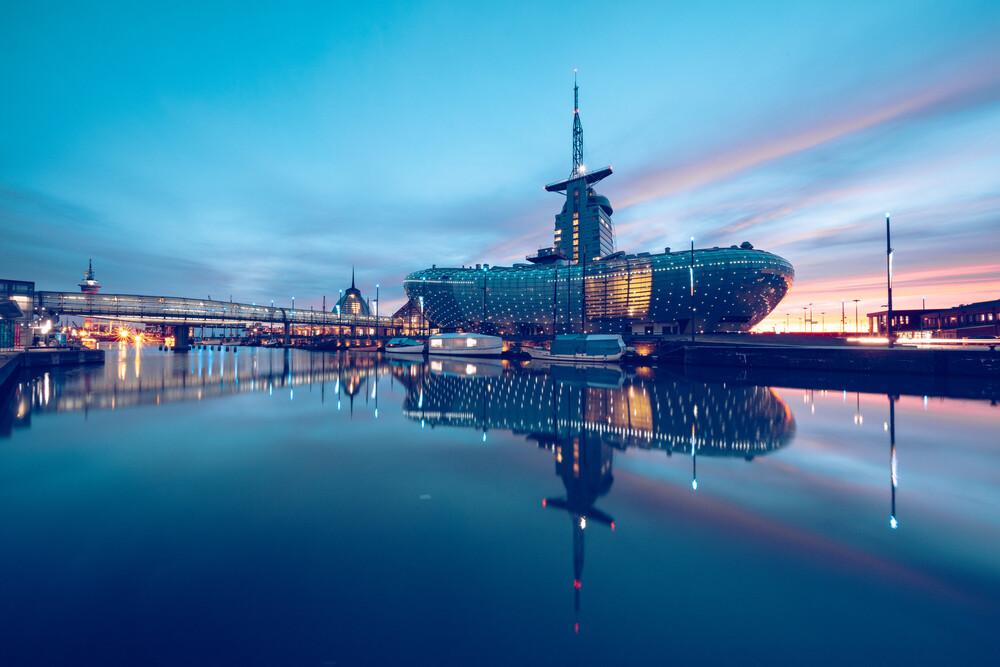 Klimahaus Bremerhaven mit Spiegelung - fotokunst von Franz Sussbauer