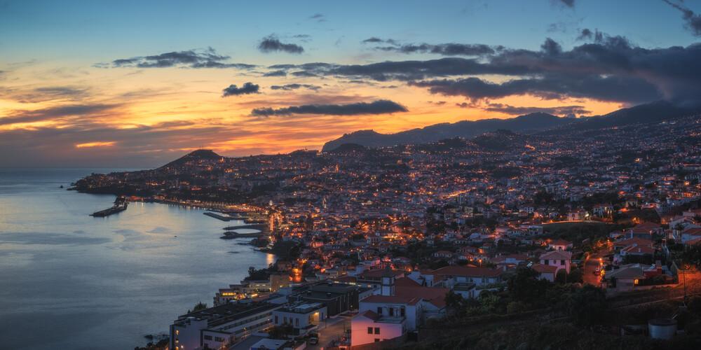 Madeira Funchal Panorama im Abendrot - fotokunst von Jean Claude Castor