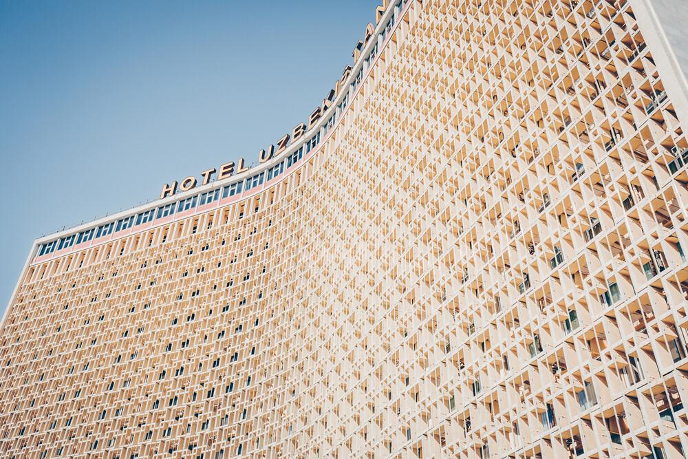Architektur-Highlight der Sowjetära: Hotel Uzbekistan, Taschkent - fotokunst von Eva Stadler