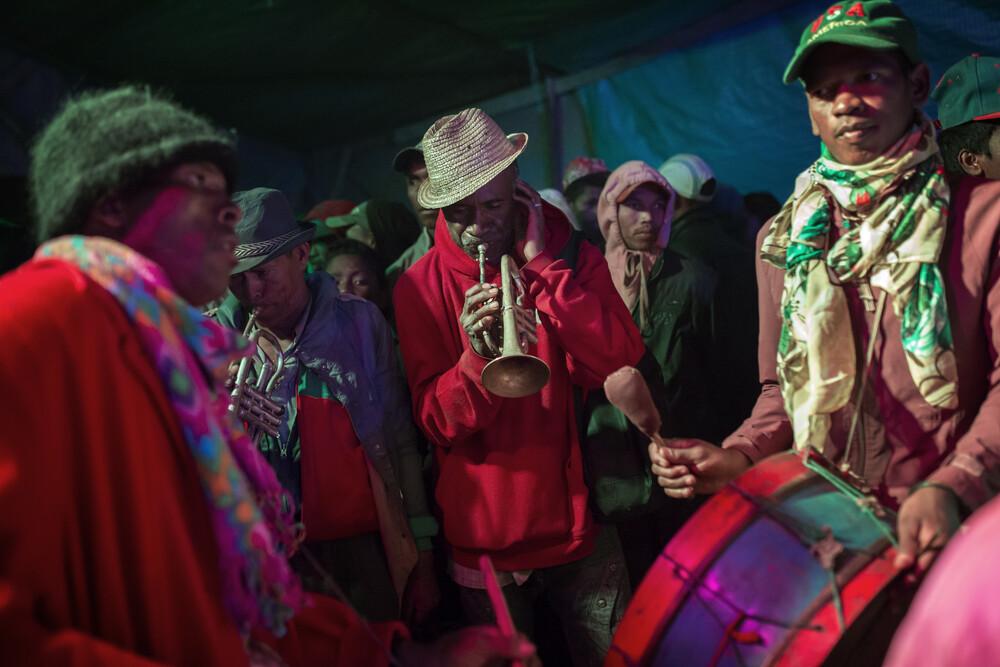 Mit den Toten tanzen - fotokunst von Theresa Breuer
