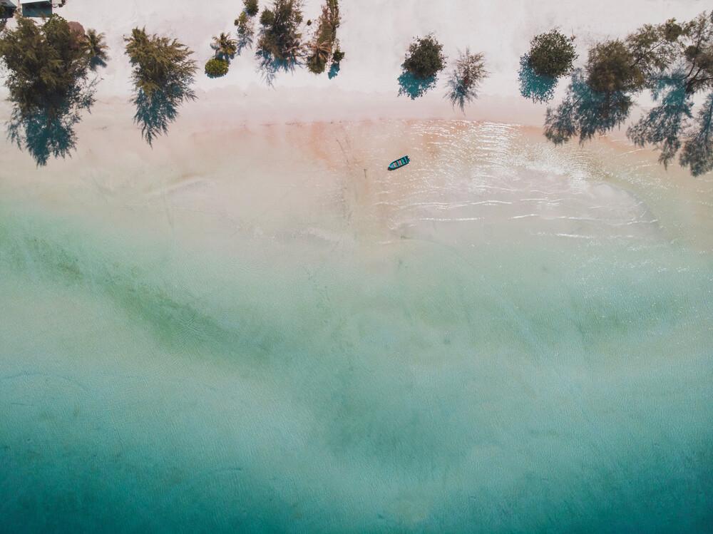 Lonely Boat - fotokunst von Laura Zimmermann
