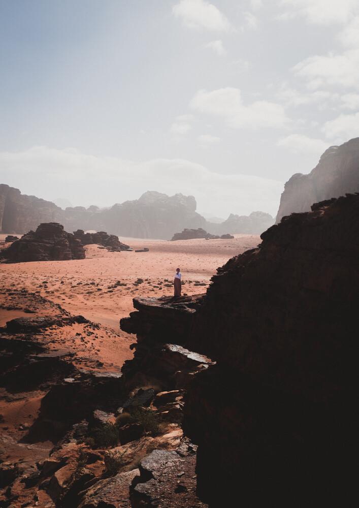Jordanian woman overlooking the Wadi Rum desert - fotokunst von Julian Wedel