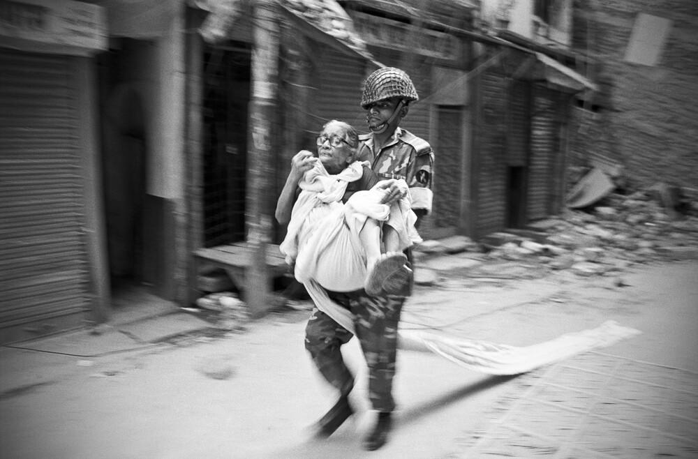 Soldier evacuating old woman, Bangladesh - fotokunst von Jakob Berr