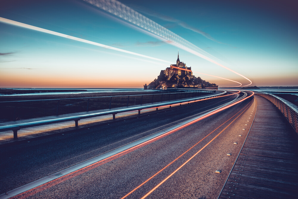 Brücke zum Mont Saint Michel - fotokunst von Franz Sussbauer