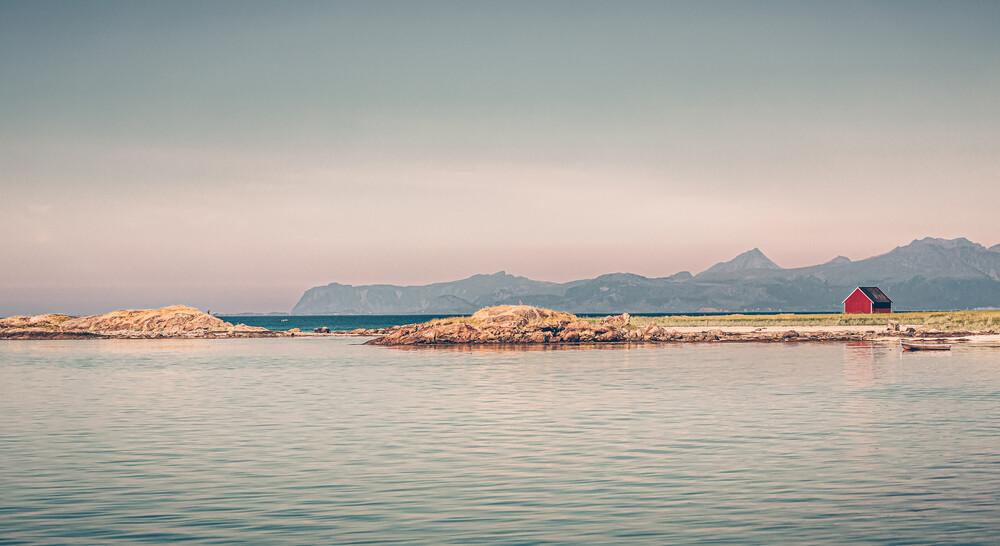 Rote Hütte am Nordmeer - fotokunst von Eva Stadler