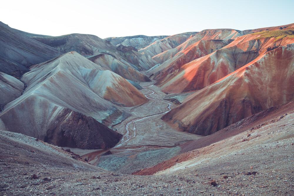 Berghänge aus farbigem Sand bei Sonnenaufgang - fotokunst von Franz Sussbauer