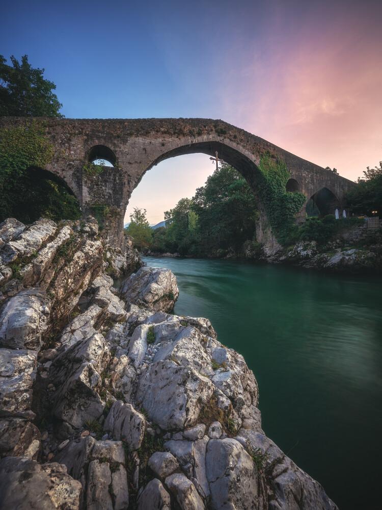 Asturien Canga de Onis Romanische Brücke zum Sonnenuntergang - fotokunst von Jean Claude Castor