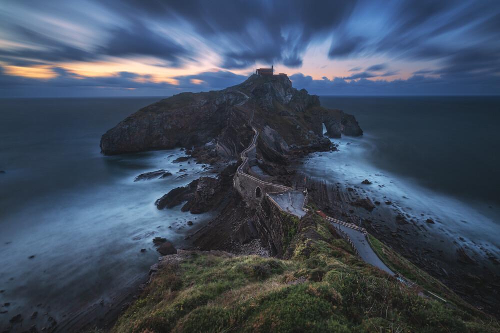 Spanien Gaztelugatxe Halbinsel mit Kloster zur blauen Stunde - fotokunst von Jean Claude Castor