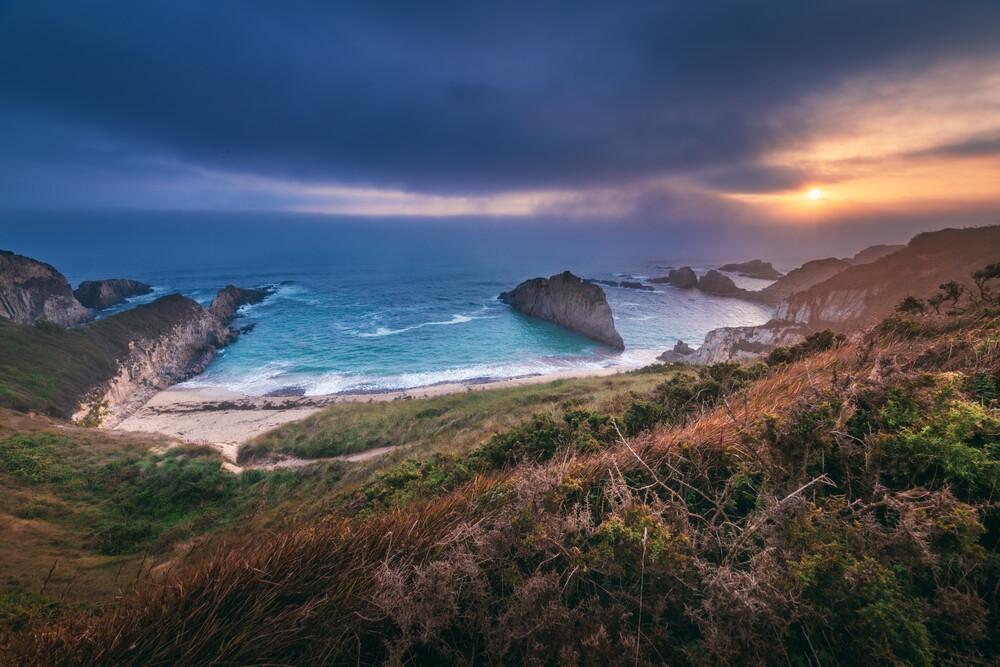 Asturien Playa de Mexota Küste zum Sonnenaufgang - fotokunst von Jean Claude Castor