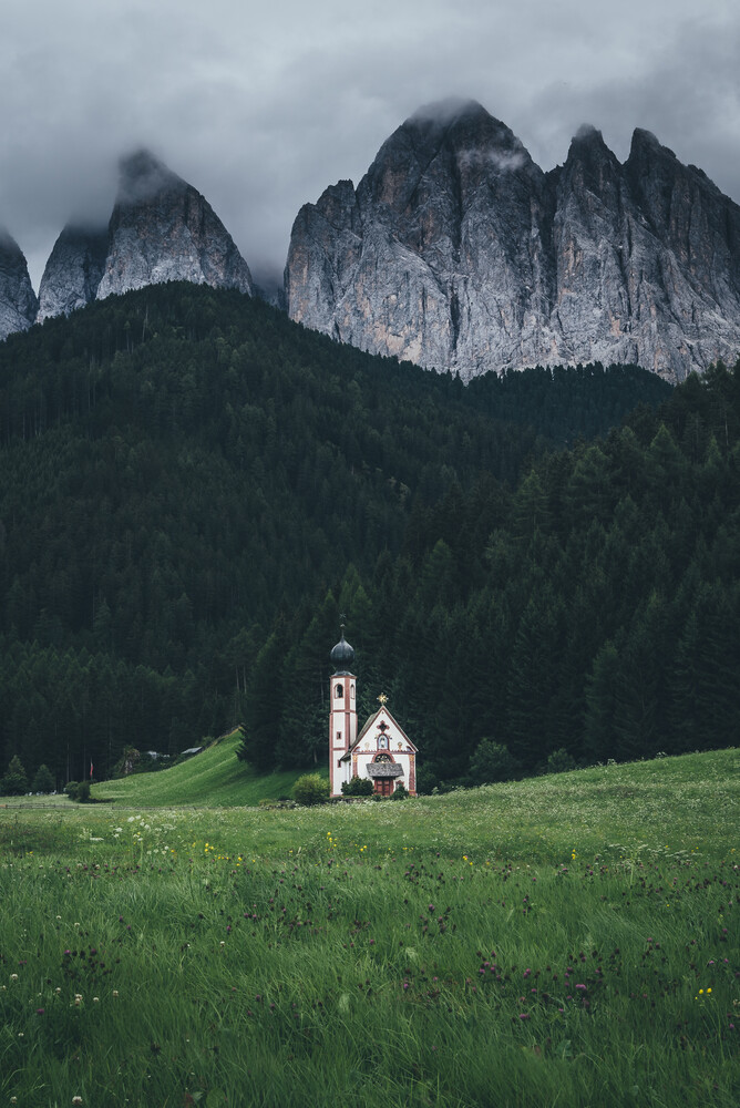 Kapelle vor dem Geislergebirge - fotokunst von Christoph Schlein