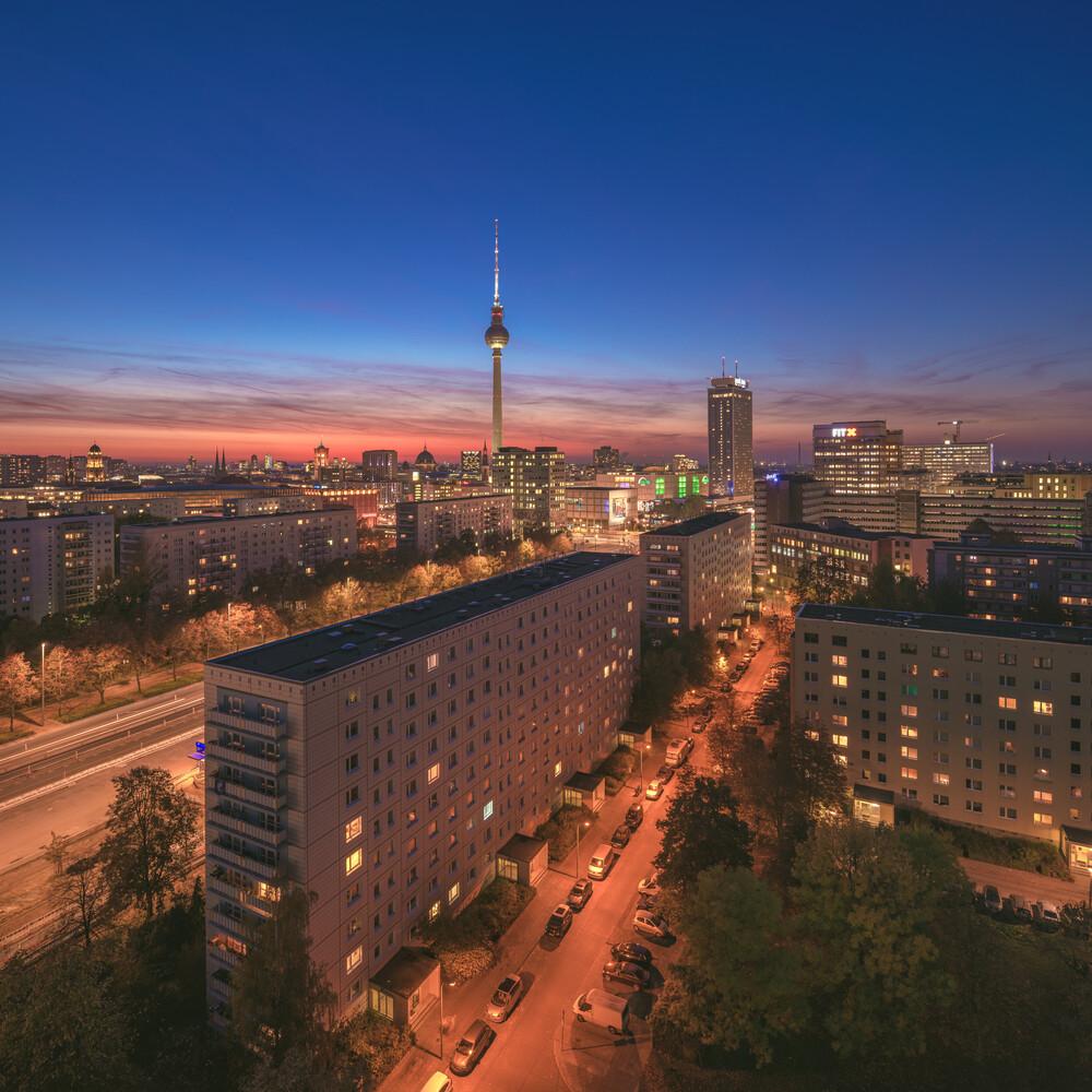 Berlin Skyline Blaue Stunde - fotokunst von Jean Claude Castor