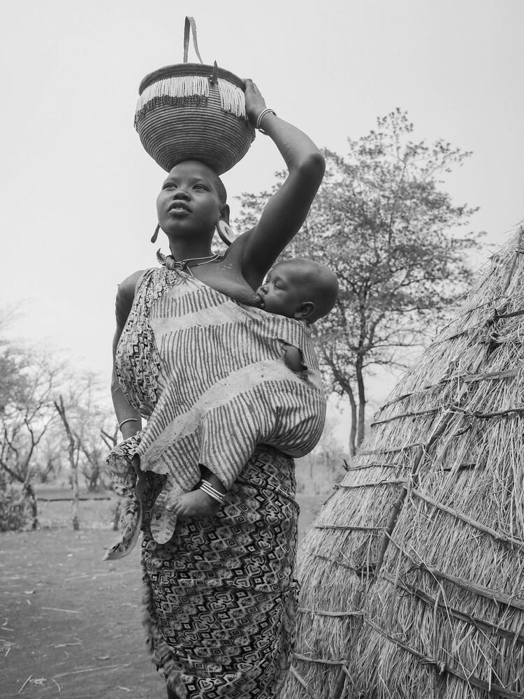 Junge Mursi Frau mit ihrem Baby - fotokunst von Phyllis Bauer