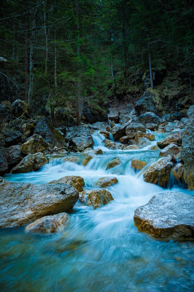 Gebirgsbach in den Alpen - fotokunst von Martin Wasilewski