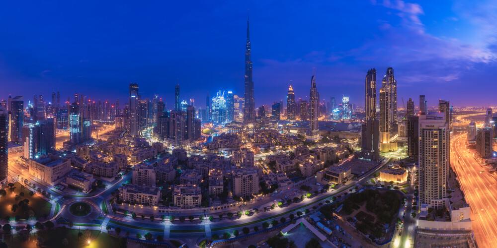 Dubai Downtown Skyline Panorama zur blauen Stunde - fotokunst von Jean Claude Castor