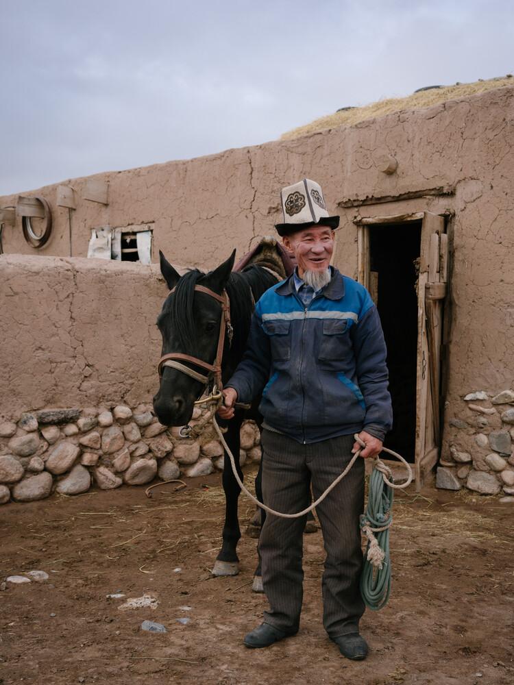 Kirgisischer Mann mit Pferd in Sary Mogul - fotokunst von Claas Liegmann