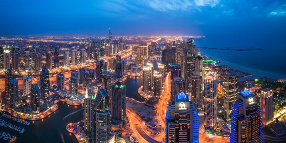 Dubai Marina Skyline Panorama zur Blauen Stunde - fotokunst von Jean Claude Castor