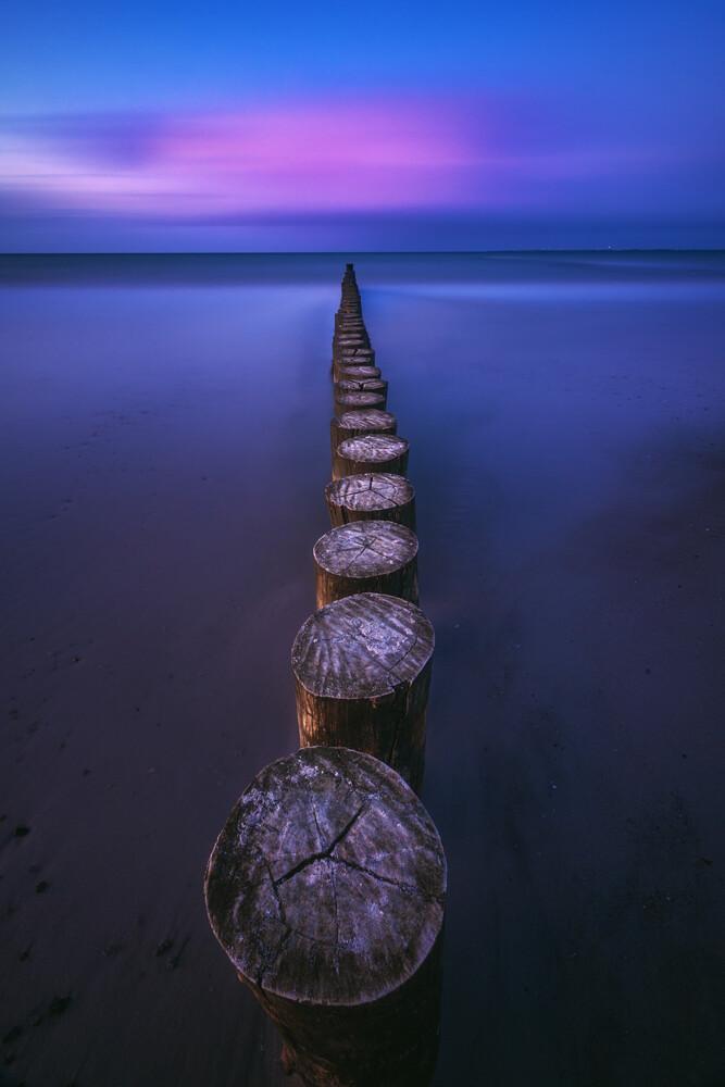 Ostsee Strand von Heiligenhafen mit Buhnen zur blauen Stunde - fotokunst von Jean Claude Castor