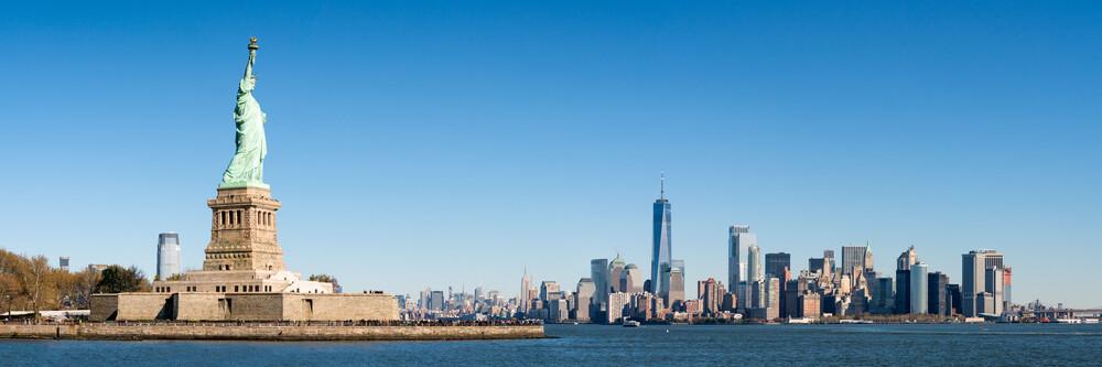 Manhattan Skyline mit Freiheitsstatue - fotokunst von Jan Becke