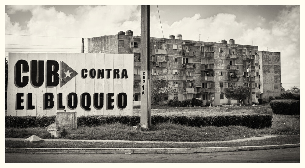 Block of Flats, Cuba Contra - fotokunst von Phyllis Bauer