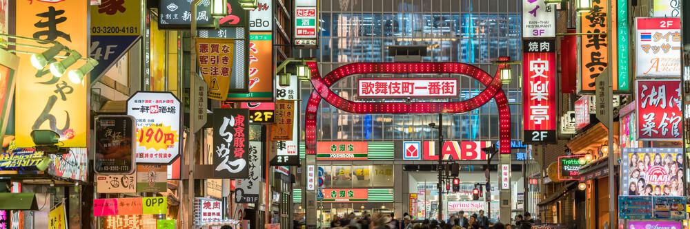 Kabukicho Rotlichtviertel in Tokyo - fotokunst von Jan Becke