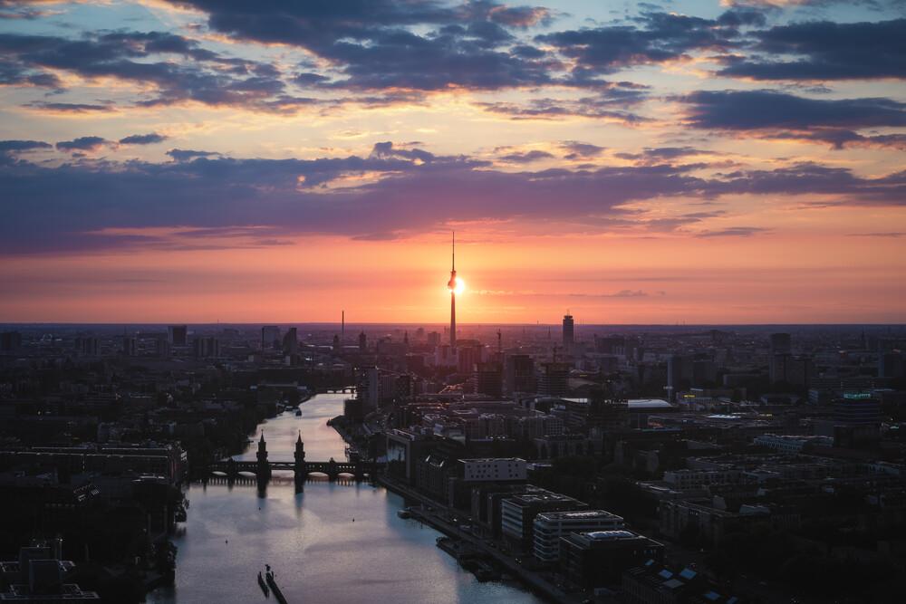 Berlin Skyline kurz vor dem Sonnenuntergang - fotokunst von Jean Claude Castor