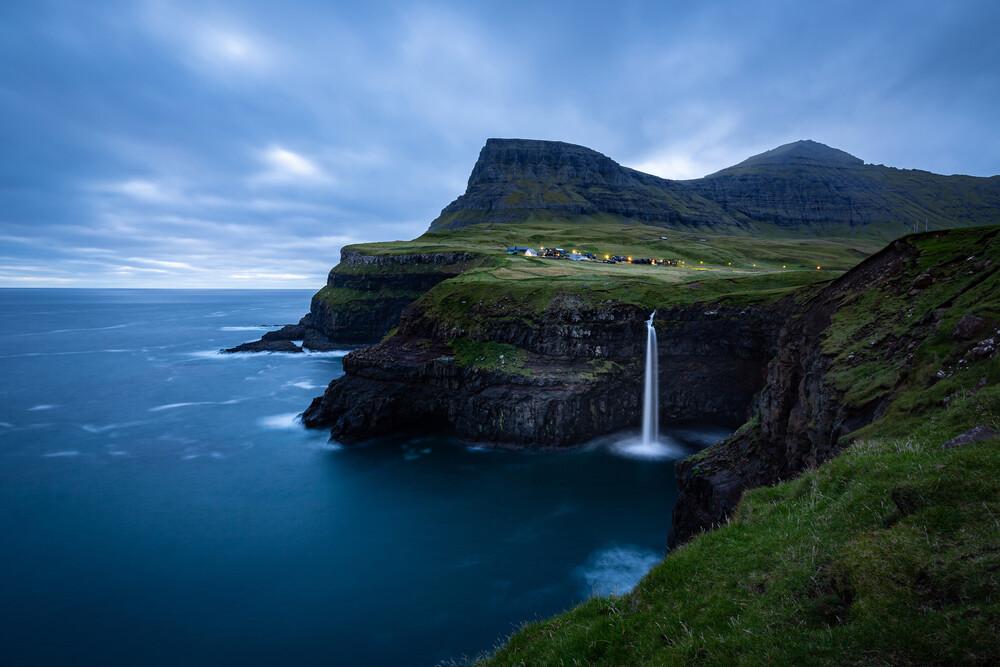 Wasserfall Múlafossur beim Dorf Gásadalur - fotokunst von Eva Stadler