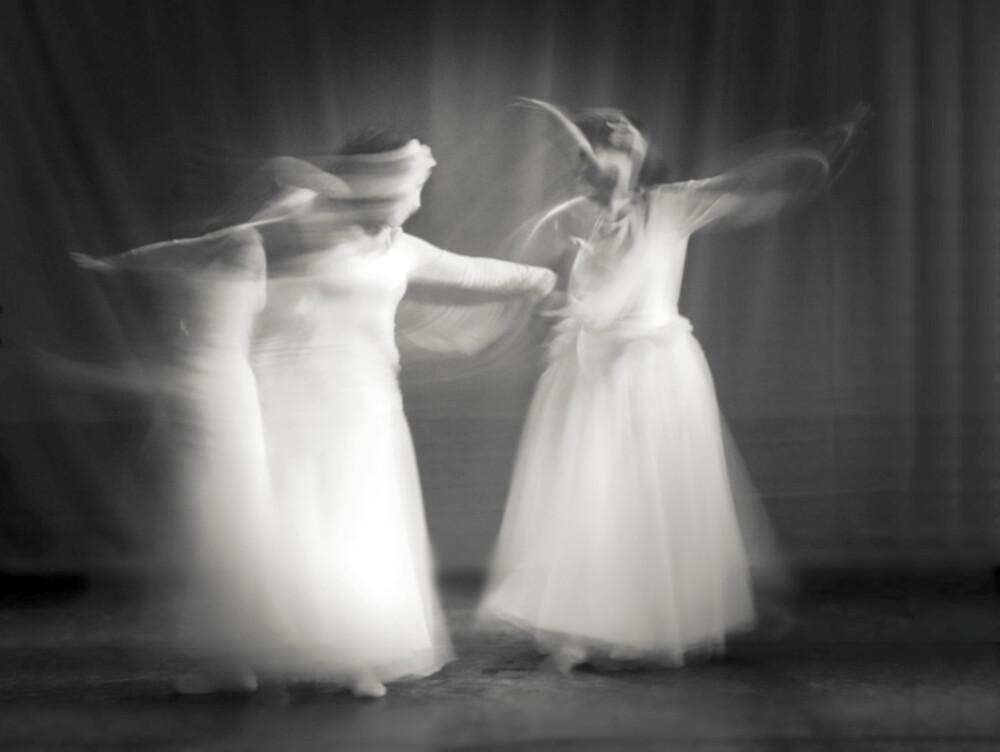 Tanzende Mädchen - fotokunst von Ernst Pini
