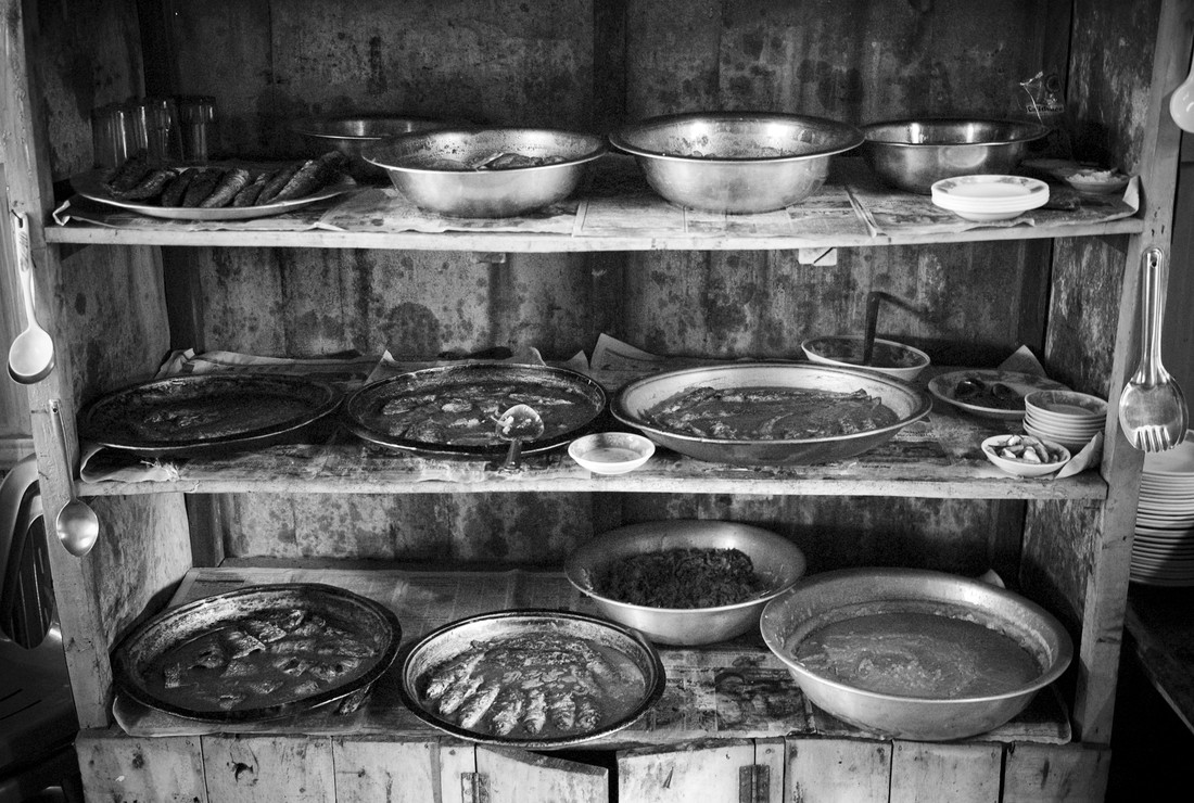 Bowls with fish dishes in a restaurant - fotokunst von Jakob Berr