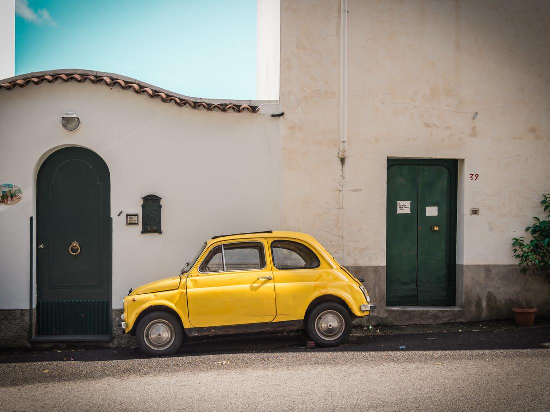 Yellow Fiat 500 - fotokunst von Johann Oswald