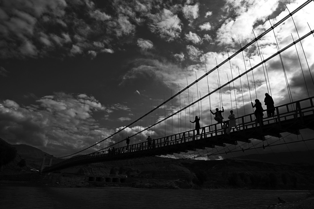 People on Bridge - fotokunst von Rada Akbar