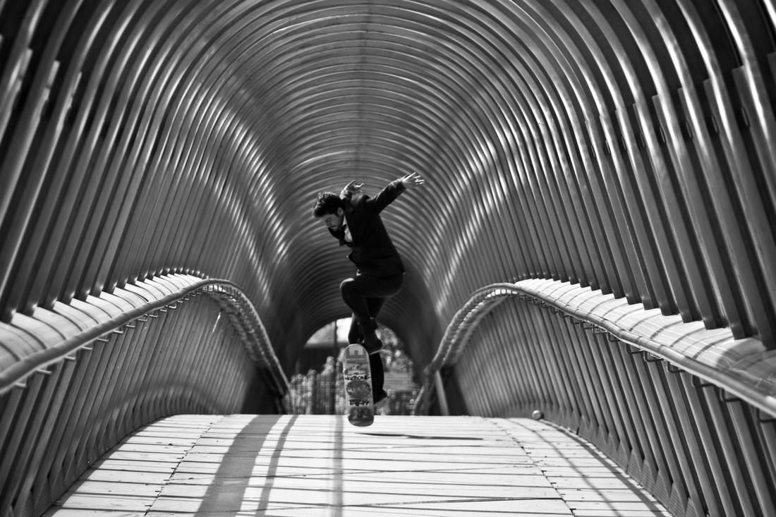 suit skateboarding in Paris - fotokunst von Thibault Delhoume