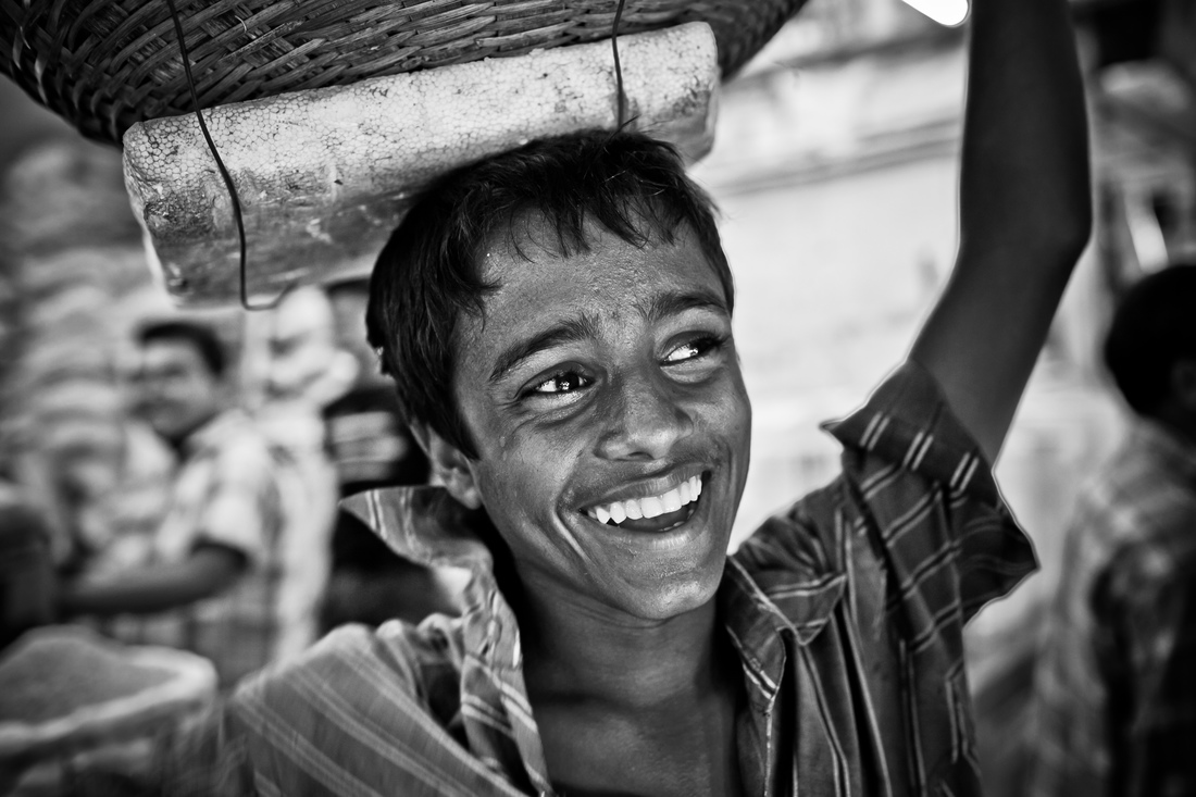 boy in the Dhaka fish market - fotokunst von Cheung Ray