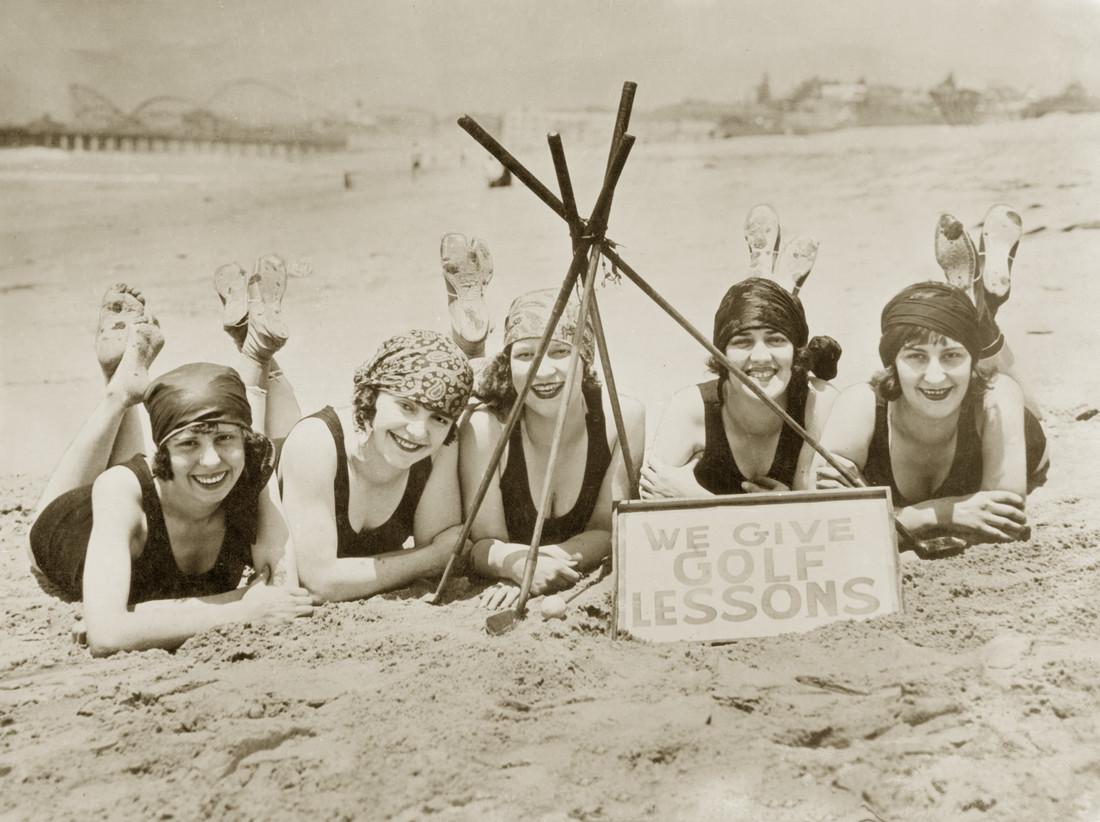 Frauen an einem Strand in Kalifornien, 1927 - fotokunst von Süddeutsche Zeitung Photo