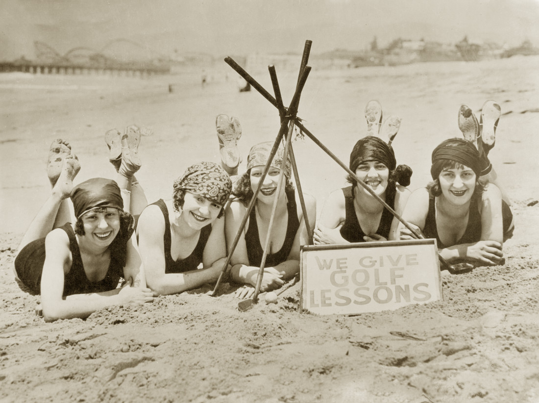 Women on a beach in California, 1927 - Fineart photography by Süddeutsche Zeitung Photo