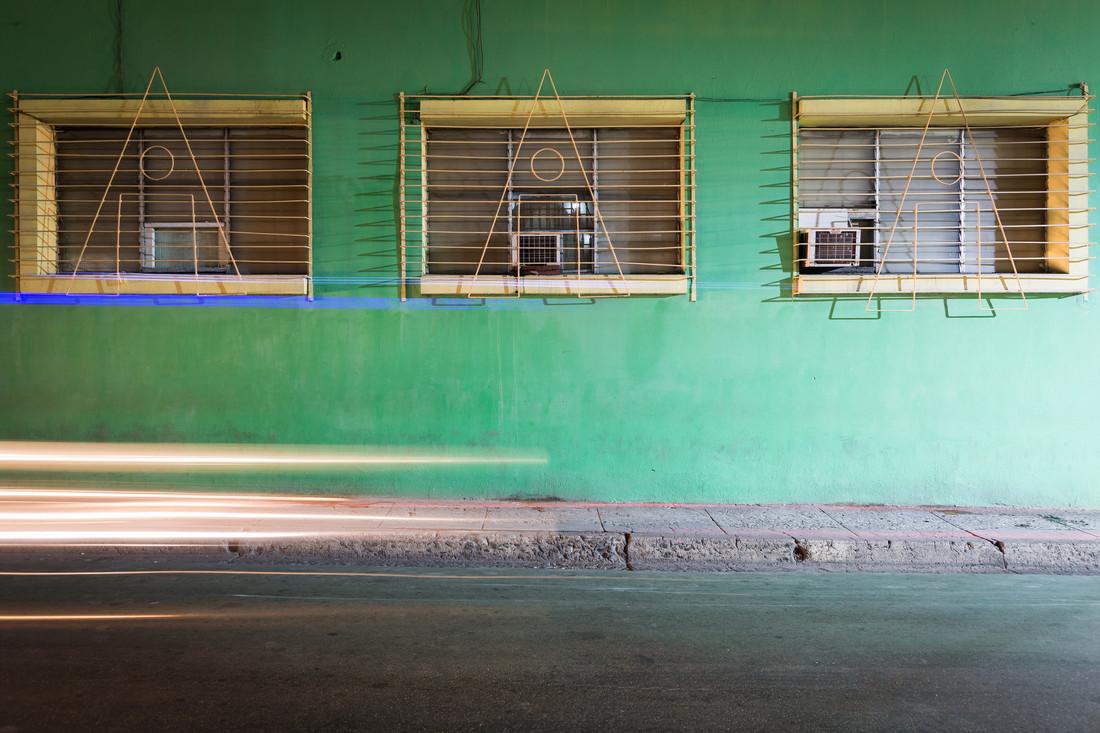 Green facade and headlights - fotokunst von Eva Stadler