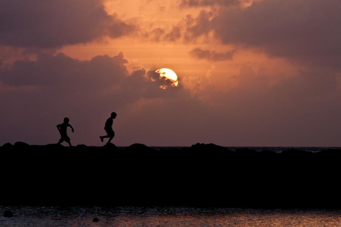 Boys at Sunset - fotokunst von Tom Sabbadini