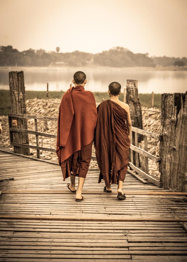 Mönche auf der U Bein Brücke - fotokunst von Sebastian Rost