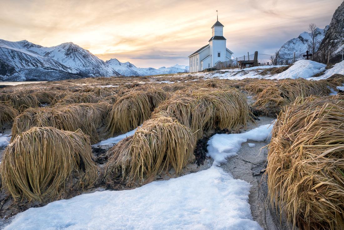 Kirche bei Gimsøy vor Sonnenaufgang - fotokunst von Michael Stein